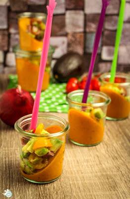 - schiefe Tomatencreme im Glas mit Avocado-Salsa