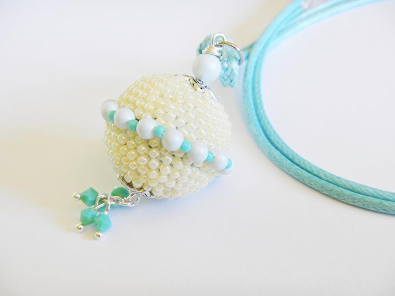 Wisiorek kulka szydełkowo-koralikowa z perełkami