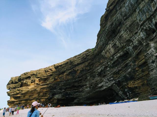Thủy triều xuống là lúc du khách có thể ngắm nhìn rõ hơn phần núi đá lởm chởm – một kỳ công của tạo hóa.