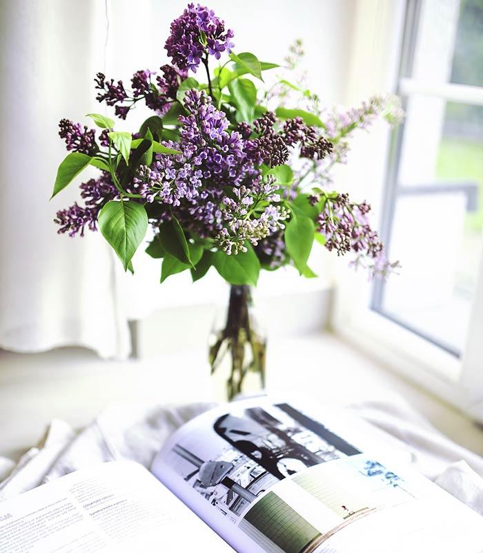 Cantinho de leitura decorado com flores