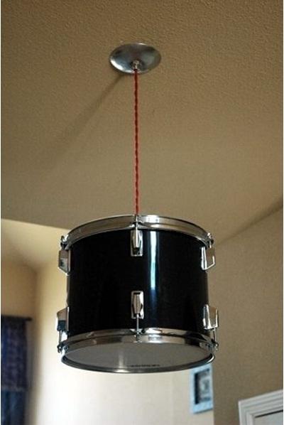 Lampu gantung dari drum. Simple, tapi langit-langitnya harus cukup kuat menahan drum.