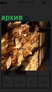В помещении архива на полках лежат старые рукописи с надписями на бирках