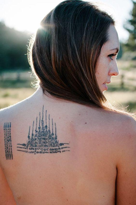 Un tatuaje bak detras de la espalda