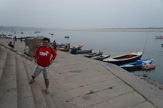 Tukang Jalan Jajan melewati Gaht di tepian sungai Gangga