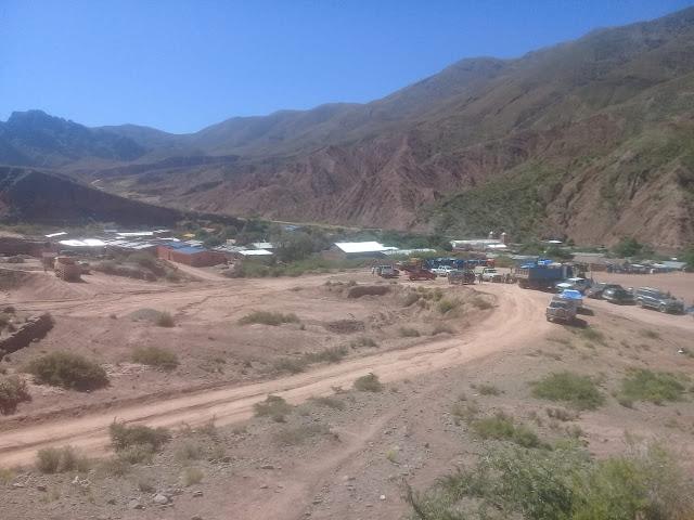 Blick auf Sportplatz und Kirche in Esmoraca Bolivien