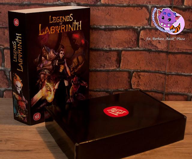 Gra już na samym wstępie przyciąga grafiką opakowania, wewnątrz mamy solidne kartonowe pudełko.