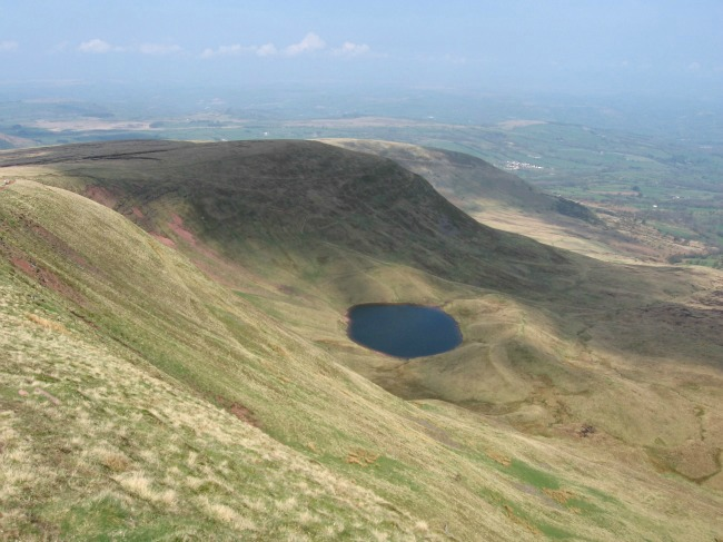 Essential-items-For-Walking-In-The-Mountains-In-South-Wales-image-of-lake-from-pen-y-fan