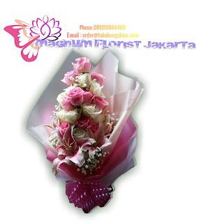 Hand-Bouquet-Bunga-Mawar-Indah-Magnum-Florist-02