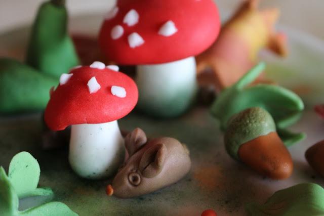 herbstliche Motive aus Fondant, Pilze, Maus, Eichel aus Fondant