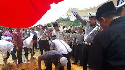 Polri Berduka, Polisi Ini Ikut Memikul Jenazah dan Membantu Gali Kuburan