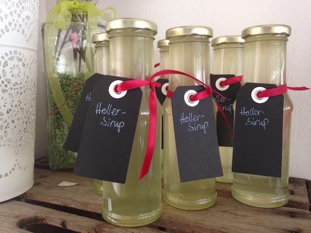 Geschenkidee aus der Küche: hausgemachter Hollerblütensirup
