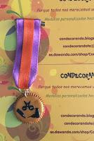 Medalla Peluquería en fimo con unas tijeras, un cepillo y un secador