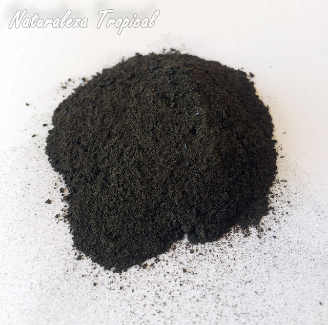 Mezcla de 1/2 de Carbón Vegetal molido y 1/2 de canela en polvo lista para utilizar en las plantas del jardín