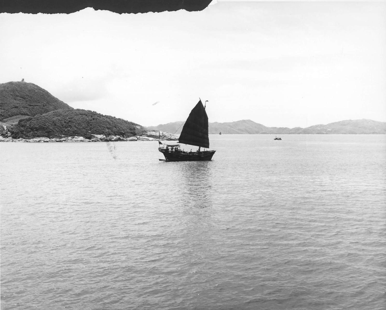 Barco a vela navegando em algum rio da China ilustra este post sobre o Shijing, o Livro das Canções.