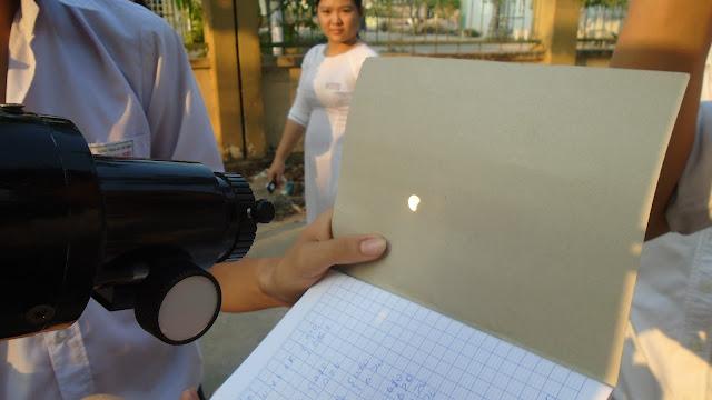 Một cách quan sát Nhật thực gián tiếp đang được các bạn ở Clb Thiên văn Đồng Nai thực hiện vào sáng 9/3 ở trường THPT Trần Đại Nghĩa. Ftvh tham gia quan sát cùng các bạn ở đây.