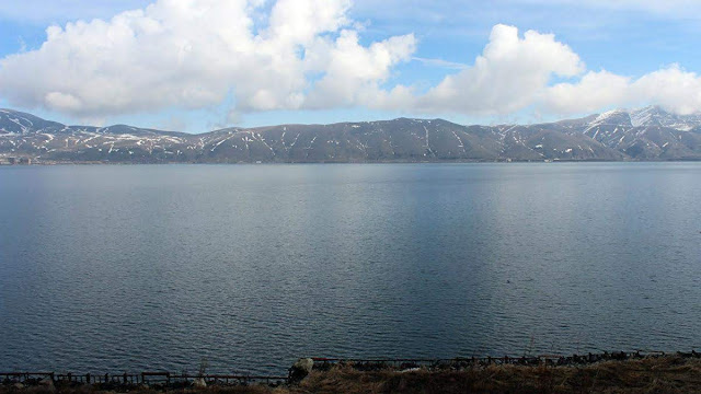 Parlamento armenio permite liberar agua de riego del lago Sevan