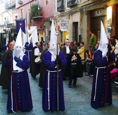 Cruz y ciriales de la cofradía del Santísimo Cristo de la Expiración y del Silencio. León. Foto G. Márquez.