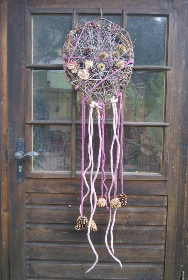 Traumfänger Türkranz mit Wolle Filzschnüren Zapfen und Samenständen dekoriert