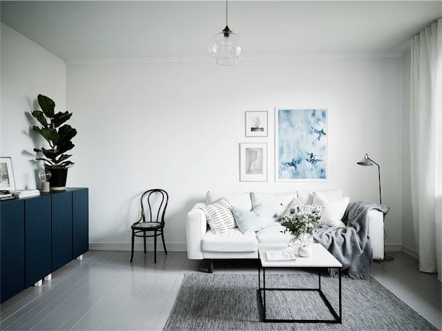 sofa blanco junto a silla thonet chicanddeco