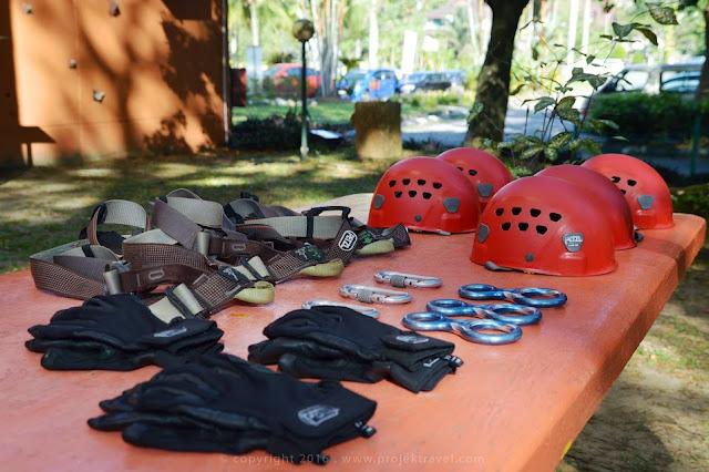 Peralatan keselamatan yang digunakan oleh peserta