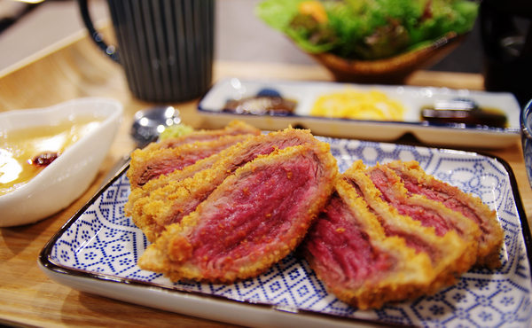 乍牛  炸牛排專賣-讓肉食控凍未條的平價炸牛排
