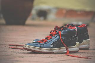 cara membersihkan sepatu pria