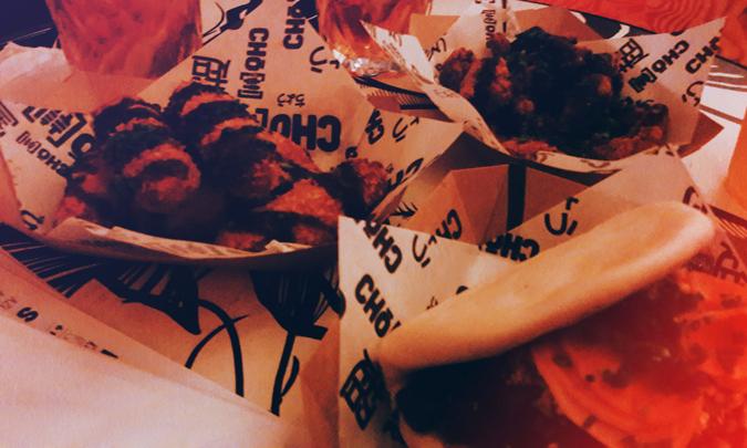 porções de croquete de salmão, dedo de porco e bao de costela - Cho Street Food