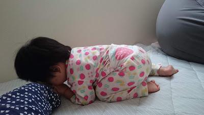 眠くなり私の肌の感触の上で眠る娘