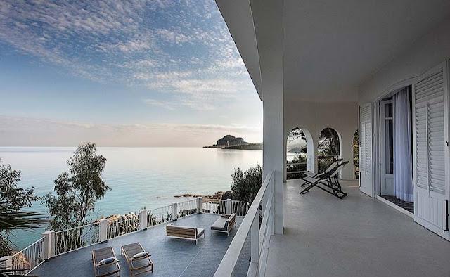 Elegante villa en un acantilado de Sicilia chicanddeco