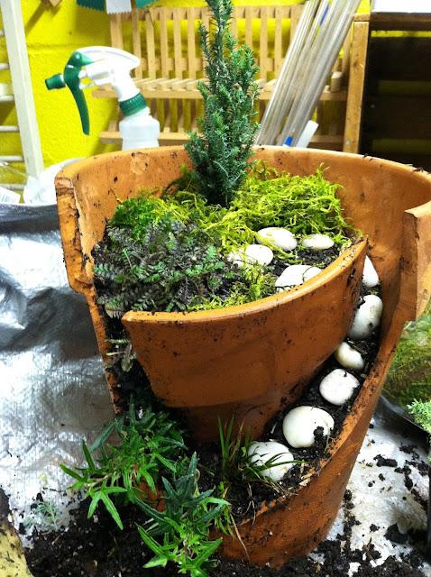まるでラピュタ?壊れた植木鉢を小人の世界にする面白いアイディア【a】 妖精が住んでそう ラピュタ  作り方