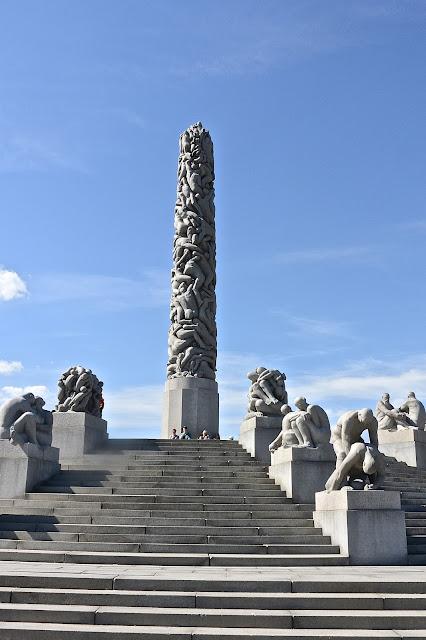 Oslo Parc Frogner  Monolithe de pierre sculpté par Vigeland