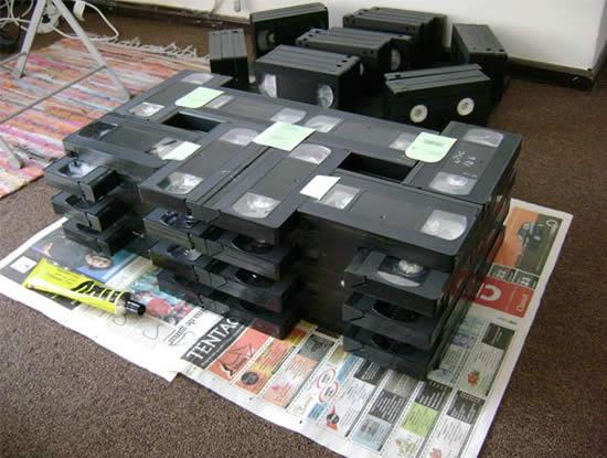 Tavolino fatto con cassette vhs vivere verde for Tavolino con cassette