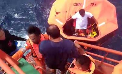 "Ambon, Malukupost.com - Seluruh penumpang dan kru KM Merisa berjumlah 14 orang yang tenggelam di perairan laut Banda pada Kamis, telah dievakuasi ke Kota Ambon oleh regu penyelamat dari Kansar Ambon dengan mengunakan KN SAR 235 Abimanyu.    ""KM Merisa merupakan sebuah kapal pesiar yang ditumpangi lima warga negara asing (wna) bertolak dari pelabuhan Tulehu, kecamatan Leihitu (pulau Ambon) menuju pulau Banda, kabupaten Maluku Tengah sejak Rabu, (13/3) sekitar pukul 19.00 WIT namun mengalami mati mesin di laut,"" kata Kepala kantor Basarnas Ambon, Muslimin di Ambon, Kamis (14/3)."