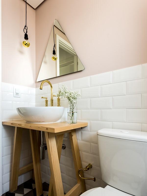 Boa ideia decorativa: um cavalete no lavabo. Blog Achados de Decoração