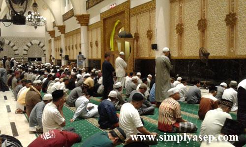 SHOLAT MALAM  : Ribuan Jamaah mulai memadati ruang utama Masjid Raya Mujahidin Pontianak dan banyak yang mendirikan QIyamul Lail sebelum adzan Subuh dikumandangkan . Foto Asep Haryono