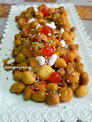 struffoli, cakes, dolcette, recipes, resep, kue, kuekering, cemilan, itali, napoli, cherry, manis, bijiketapang