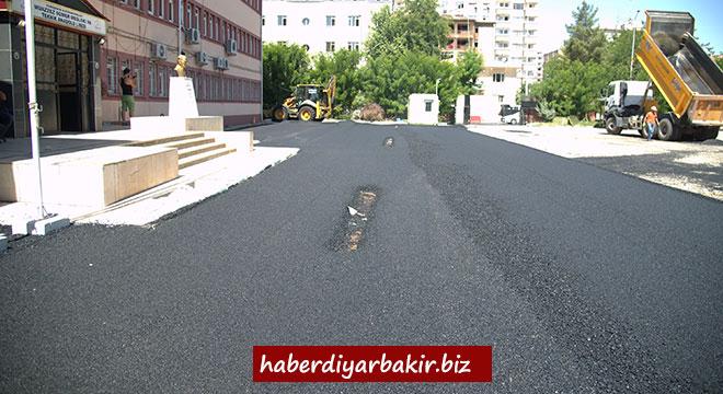 Belediye Muazzez Sümer Lisesi ile 5 Nisan İlkokulunun bahçesini asfaltladı