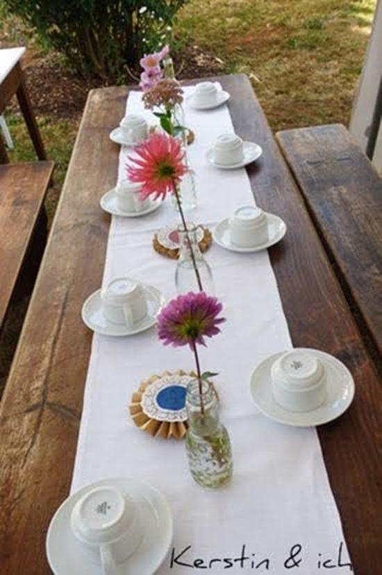Gedeckter Tisch bei Gartenparty