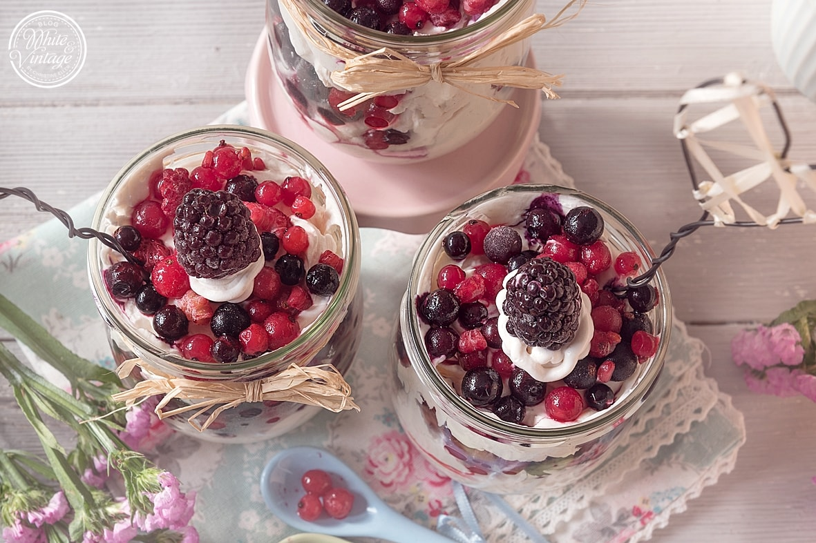 Erfrischendes Dessert aus Mascarpone und Beeren im Glas.