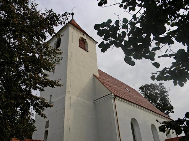 Kościół w Kłobuczynie jest zadbaną świątynią.