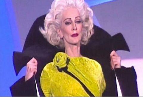 Το πλήθος «σωπαίνει» όταν η 85χρονη περπατά στην πασαρέλα καλύτερα από κάθε άλλο supermodel (VIDEO)