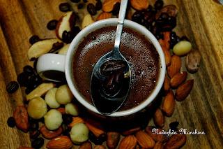 кремовый кофе с миндалем: положить 2-3 ядра в кофемолку и смолоть вместе с кофейными зернами