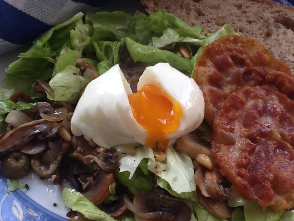 uit mijn keukentje lauw warme salade met champignons en een gepocheerd ei. Black Bedroom Furniture Sets. Home Design Ideas