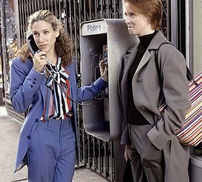 Миранда и Керри из сериала Секс в большом городе в брючных костюмах