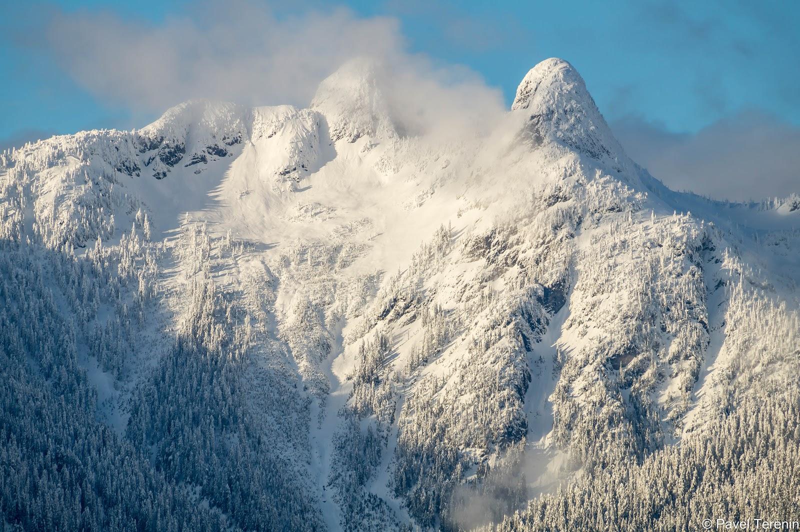 Между двумя вершинами, западным и восточным Львами, уютно пристроились облака.
