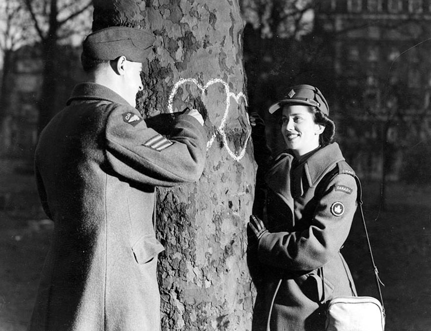 60 + 1 Heart-Warming Historical Pictures That Illustrate Love During War - Young Couple Chalking Hearts Onto A Tree, Valentine's Day, 1944