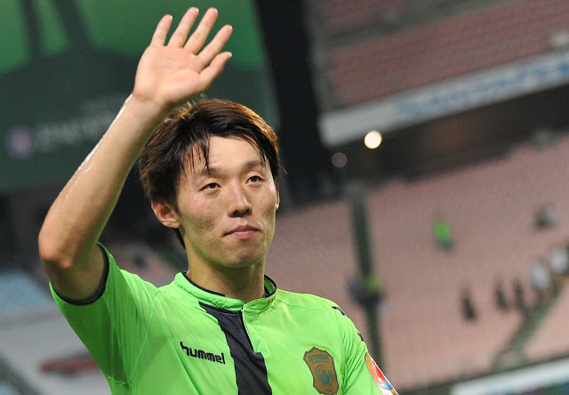 Jeonbuk Hyundai Motors midfielder Kim Bo-kyung waves to the fans after his man of the match performance against Pohang Steelers (Photo Credit: Hyundai-MotorsFC.com)