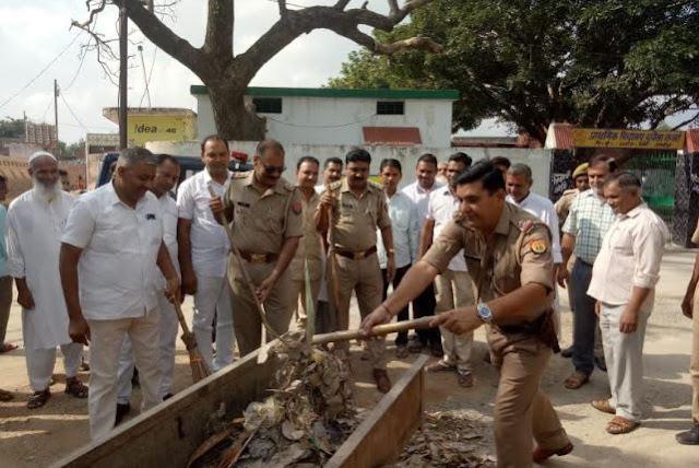 गांधी जयंती पर प्रधान संग कोतवाल ने लगाई झाड़ू - newsonfloor.com