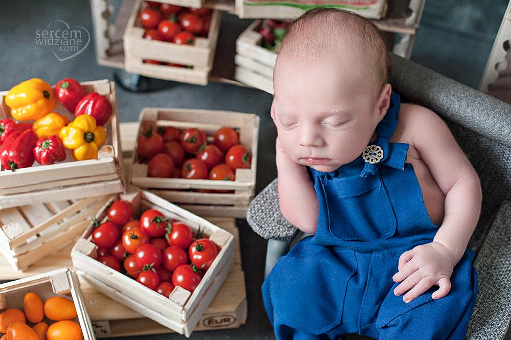 bezpieczny noworodek na sesji, doświadczony fotograf do sesji noworodkowej,