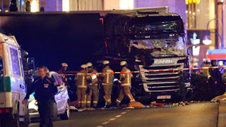 Barbaro attentato a Berlino: come a Nizza un camion sulla folla